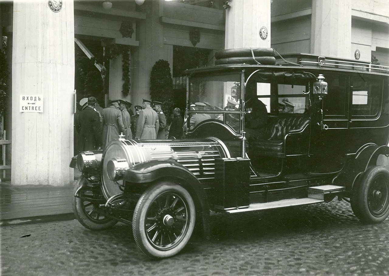 0_a9406_e8165b72_XXXLВид входа на выставку автомобиль императора Николая II.