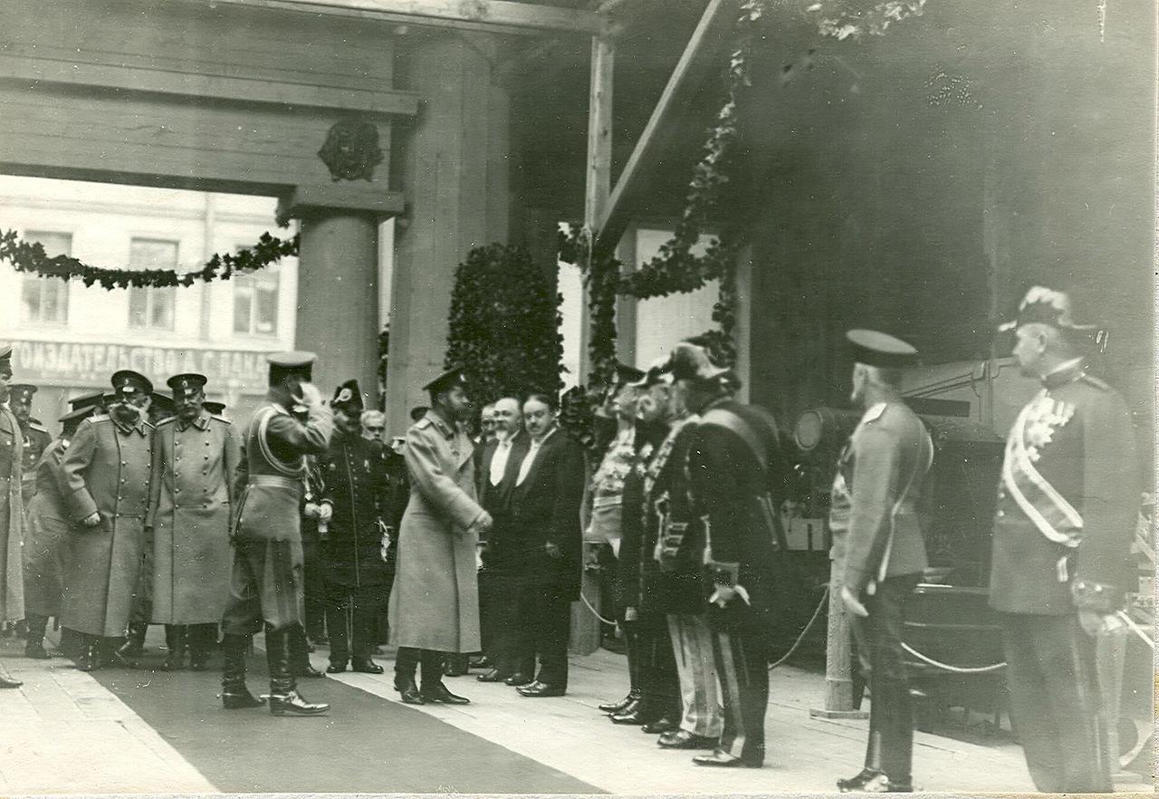 0_a9407_c5733a33_XXXLГруппа посетителей в выставочном зале за осмотром выставки  в центре - император Николай II .