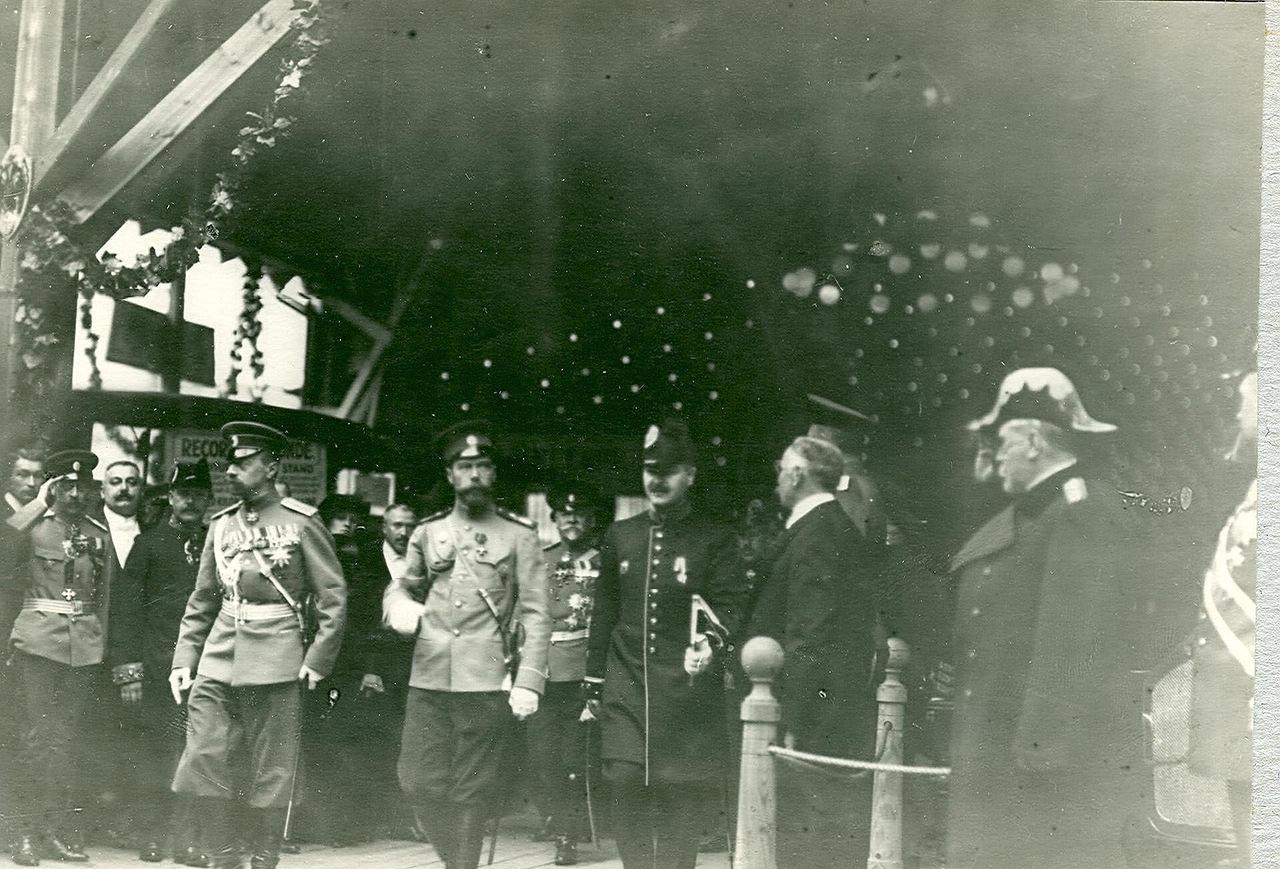 0_a9408_4df642c4_XXXLИмператор Николай II и сопровождающие его лица в выставочном зале.