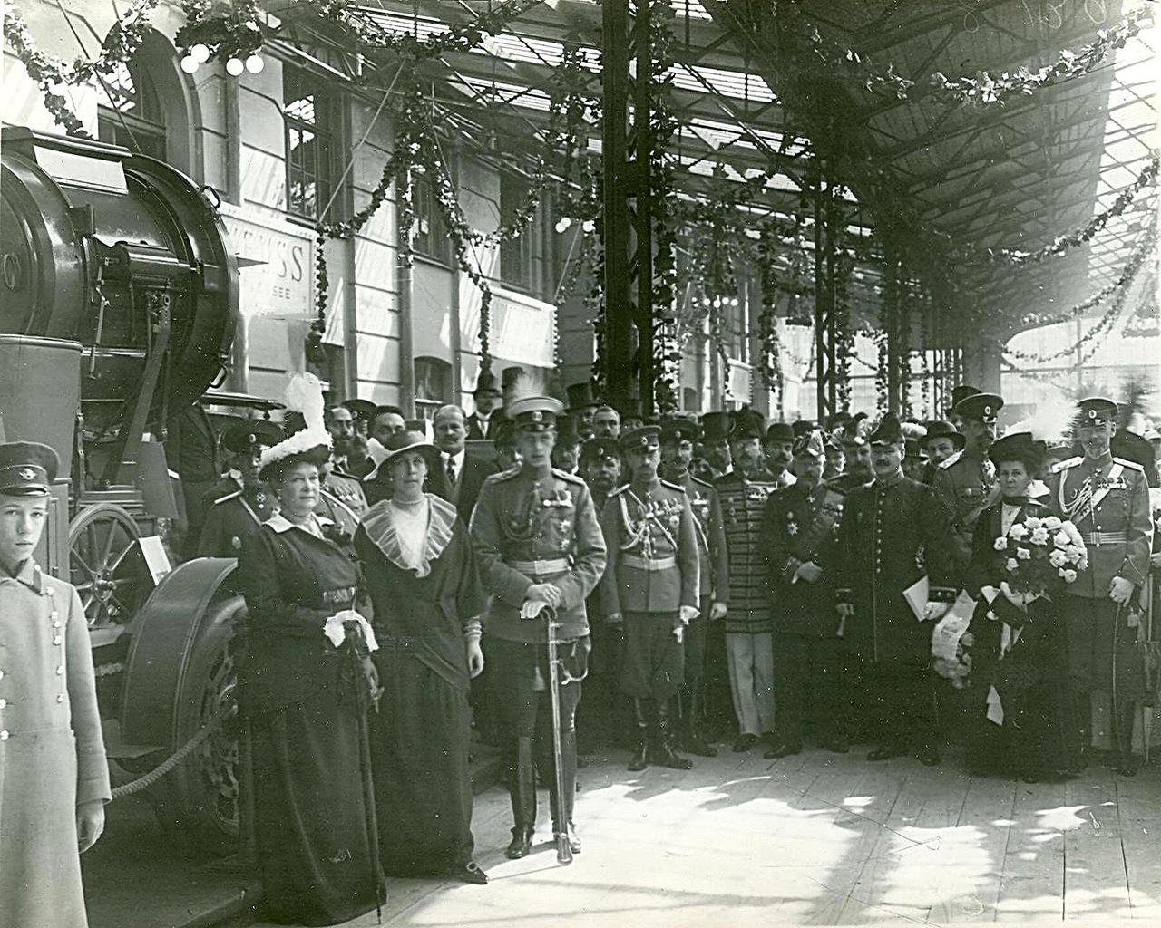 0_a9411_7d619a13_XXXLНа первом плане слева направо - великая княгиня Мария Павловна; великая княгиня Виктория Федоровна; великий князь Дмитрий Павлович.