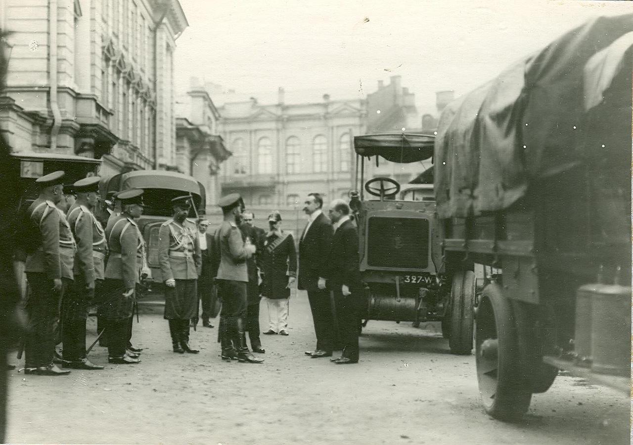 0_a9419_cf719666_XXXLИмператор Николай II и сопровождающие его лица осматривают  новую модель автомобиля у входа в выставочный зал.