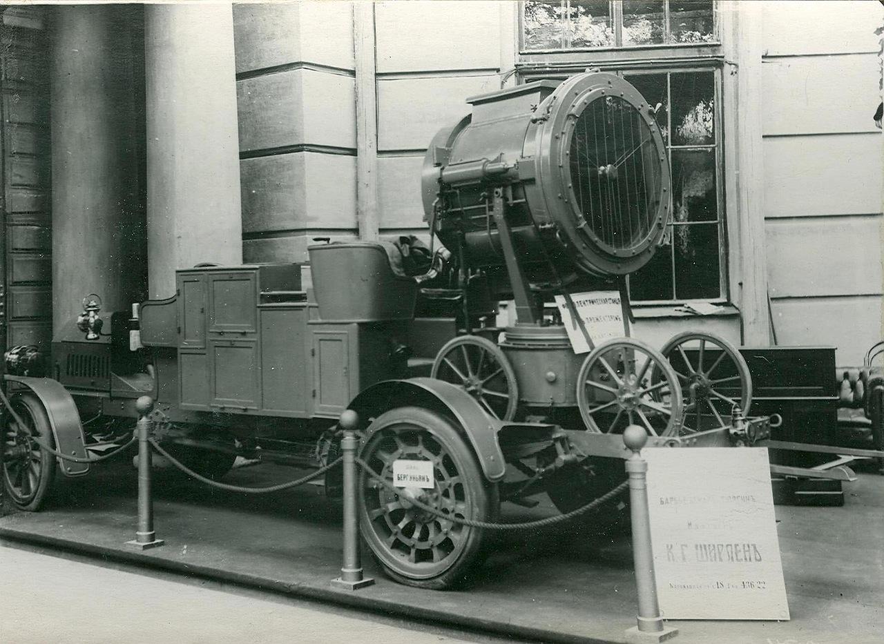 0_a9424_45949e36_XXXLАвтомобиль с прожектором - экспонат выставки.