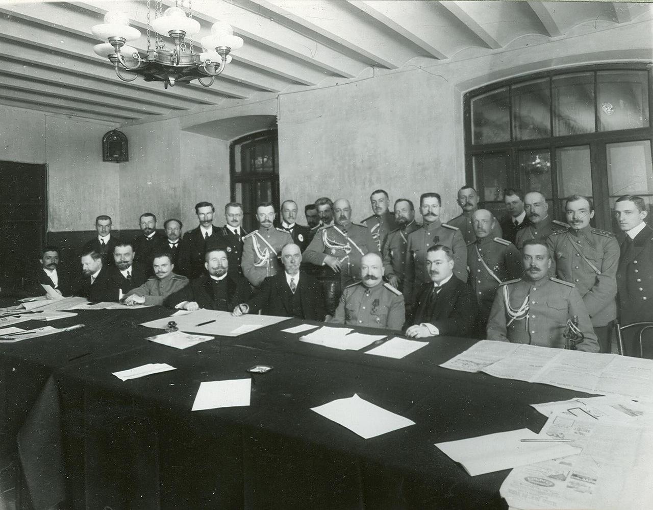 0_a9429_27aeecfd_XXXLГруппа офицеров и чиновников в читальном зале  сидит второй справа - Иван Петрович Пузырев , основатель и владелец первого русского автозавода.