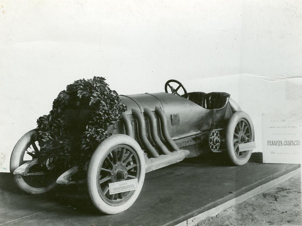 0_a9430_511ede52_XXXLАвтомобиль фирмы Бенц увенчаный лавровым венком (сбоку таблица с надписью  автомобиль 200 лошадиных сил , самый быстрый в мире ) - экспонат выставки.