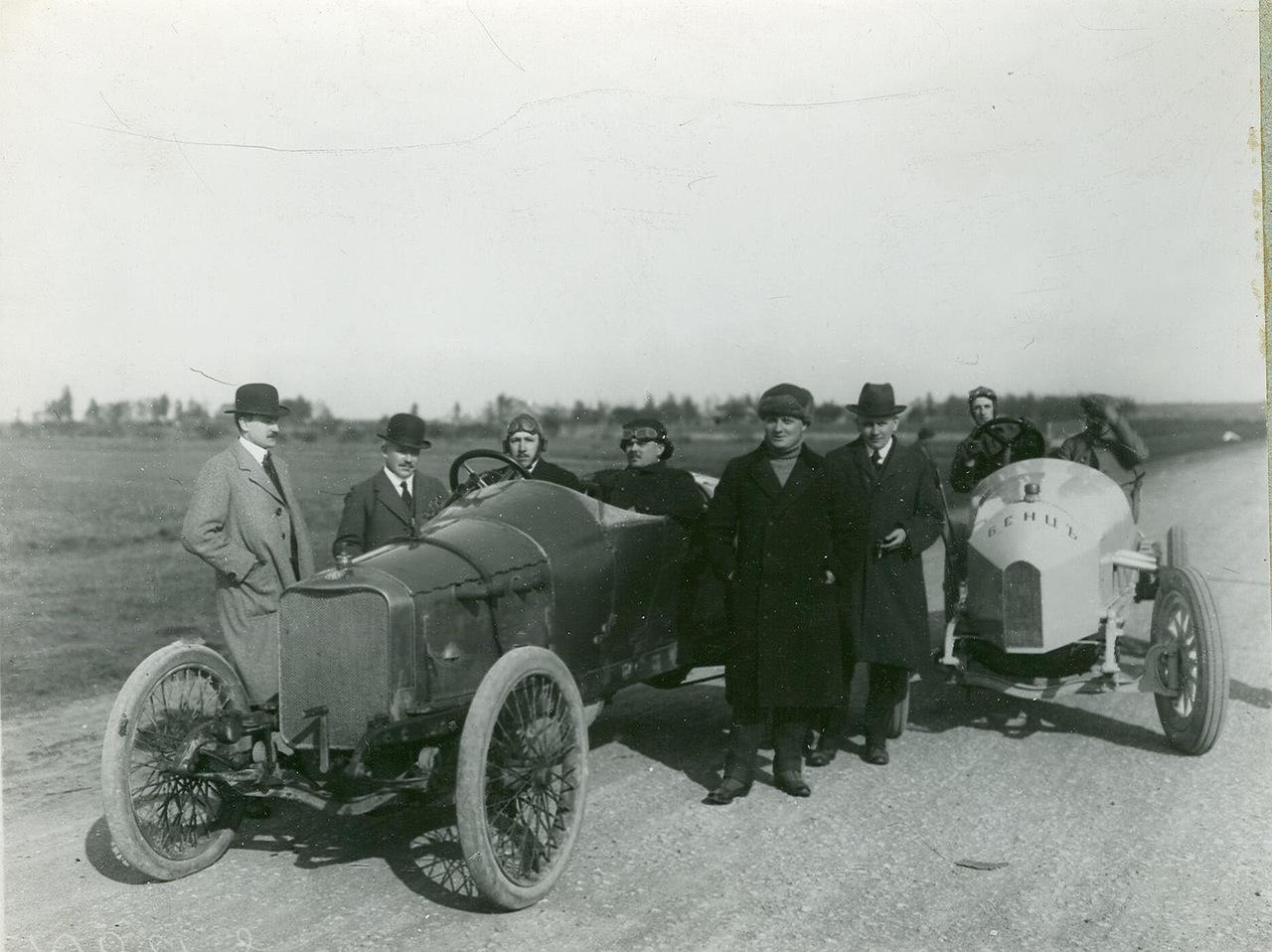 0_a9447_2cc47061_XXXLАвтомобили фирмы Бенц в поле.