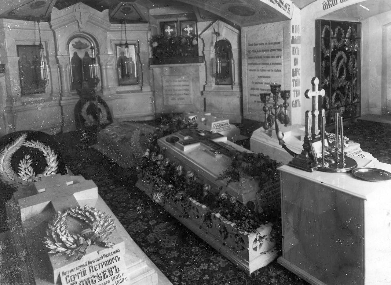 Георгиевское Большеохтинское кладбище. Внутренний вид усыпальницы семейства купцов Елисеевых в церкви Казанской Божией Матери.