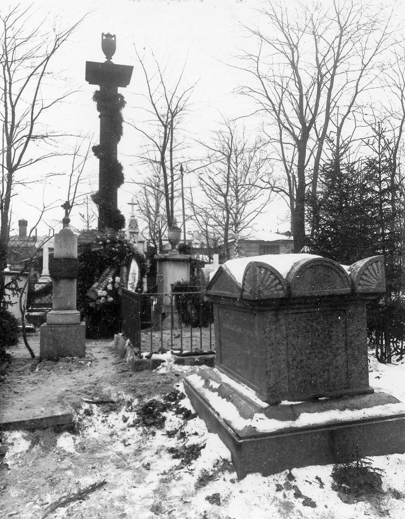 Смоленское лютеранское кладбище. Памятник А.А.Бетанкуру с возложенным на него венком от Института инженеров путей сообщения в связи со 100-летним юбилеем института.