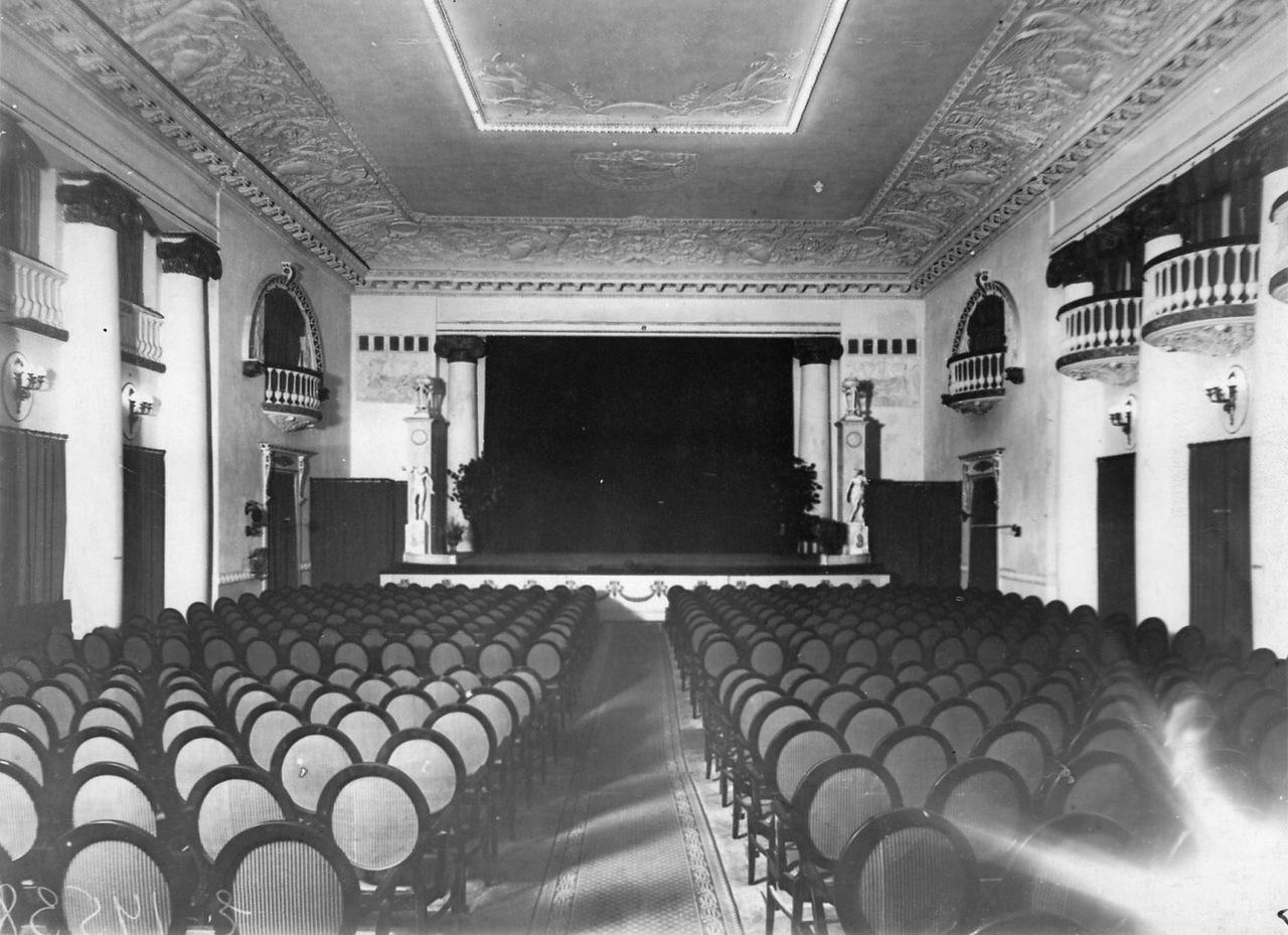 0_ac3b7_7100c24a_XXXLВид зрительного зала кинотеатра.