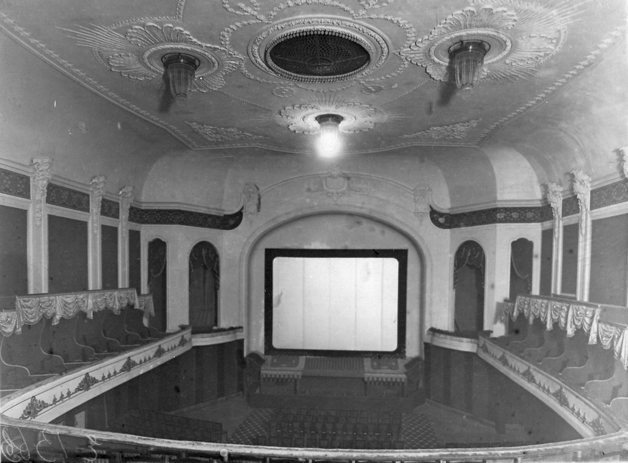 0_ac3bb_bbf8f215_XXXLВид зрительного зала с ложами и экраном.