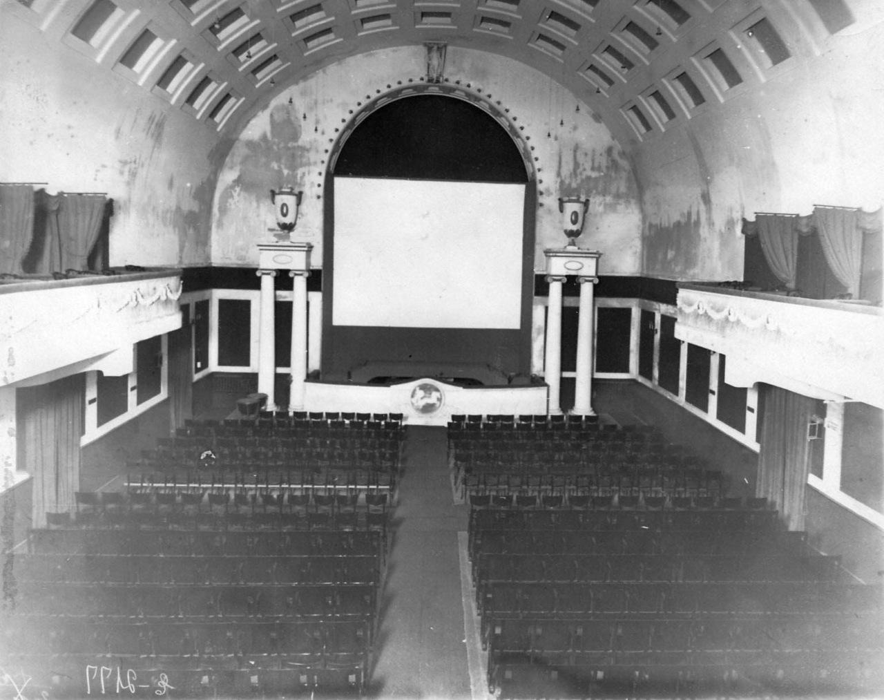 0_ac3c0_ae9f9501_XXXLЗрительный зал кинотеатра (Васильевский остров, 7-я линия, дом 34), вид на экран.