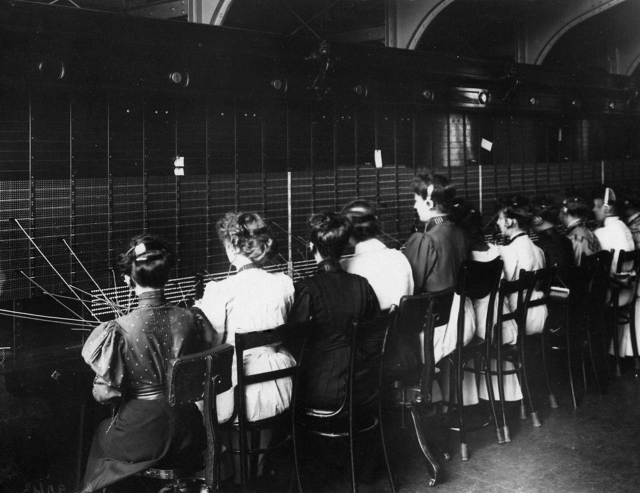 давайте еще фото первых телефонных станций месяцами работать
