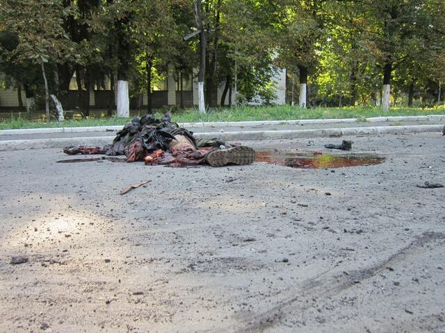 Bt41SMrCUAATOvT.jpg largeВзрыв был такой силы, что это тело пролетело 20 метров от БМД после попадания танкового снаряда