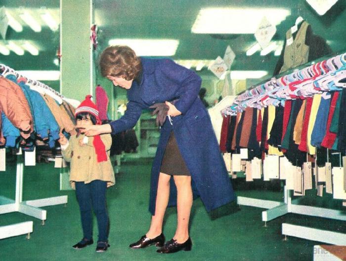 Tegeran_20Мать с сыном в детском отделе универмага в Тегеране в 1971 году.