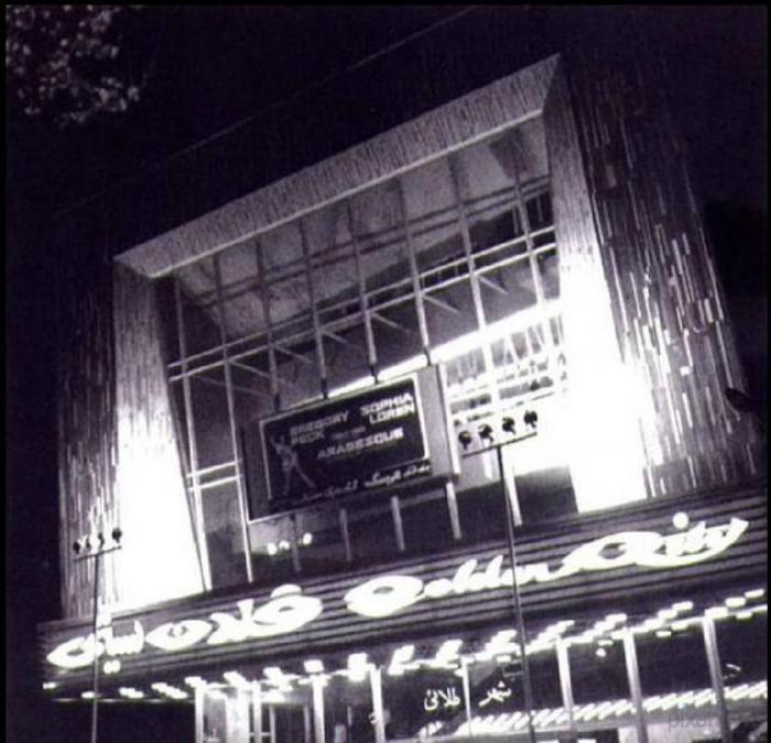 Tegeran_18Кинотеатр Golden City Cinema в 1971 году. На афише видно название «Arabesque» – фильма с Грегори Пеком и Софи Лорен. Courtesy of Kaveh Farrokh