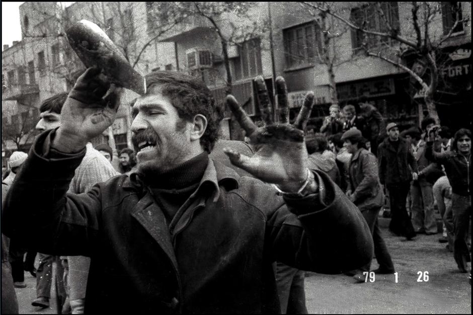 preview_ab4a453ff9a73033fb2b97f622afc9e2Участник демонстраций против власти шаха, Тегеран, 1979 год
