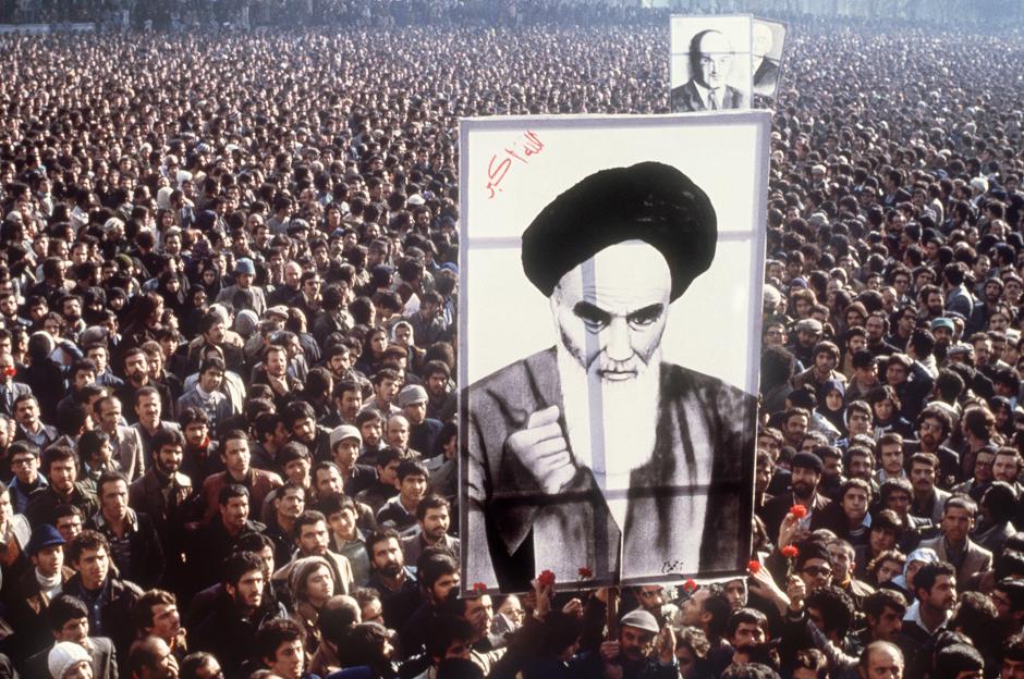 preview_58d014571b9f62e7d40152003866ca67Участники демонстрации против монархии в Иране с портретом аятоллы Рухоллы Хомейни, январь 1979 года