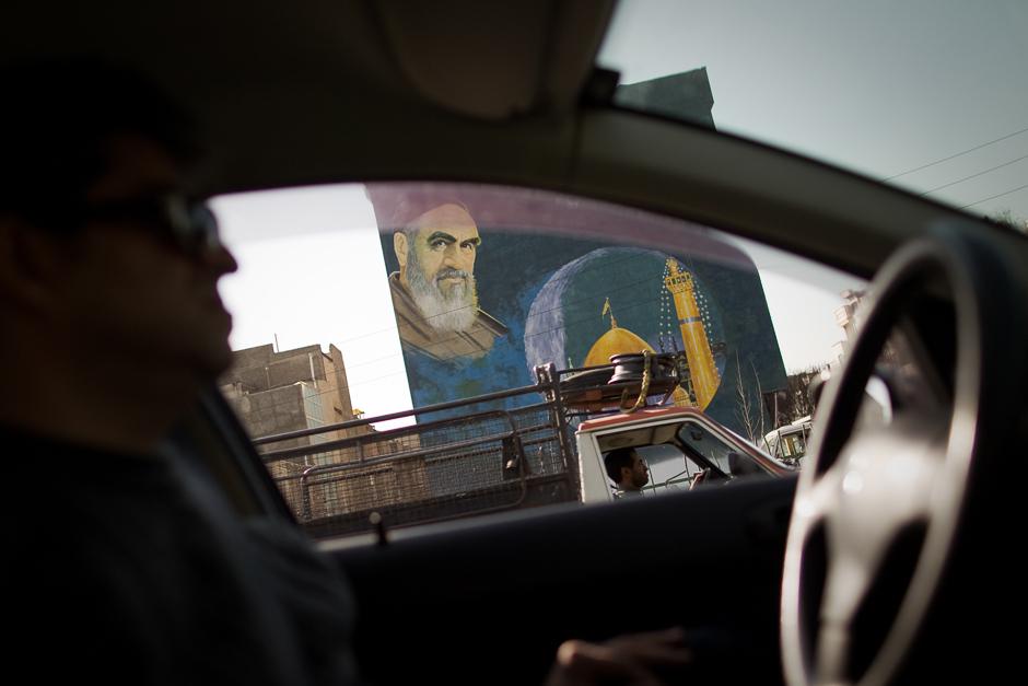 preview_cdab3d36500793fb216b0d2f799c0fc6Портрет аятоллы Хомейни, Тегеран, февраль 2012 года