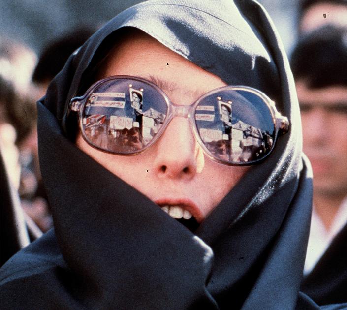 preview_efd8e7a3e3d5f1c15b73a13b5299bc91Участница демонстрации у американского посольства в Тегеране, 29 ноября 1979 года