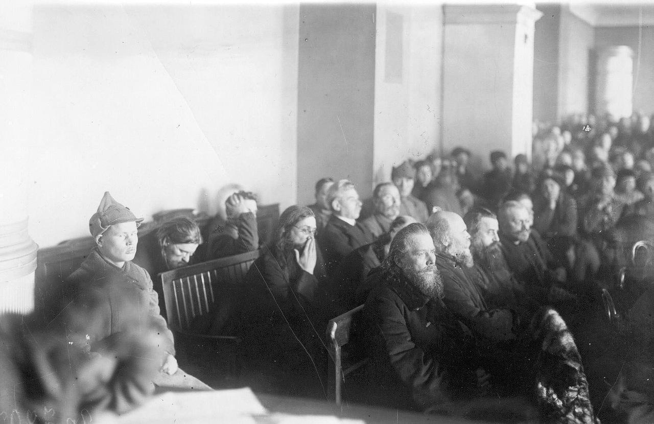 0_b2b75_c1ce97ca_XXXLПодсудимые в зале суда во время судебного процесса над группой церковников Александро-Невской лавры (Двадцатка).
