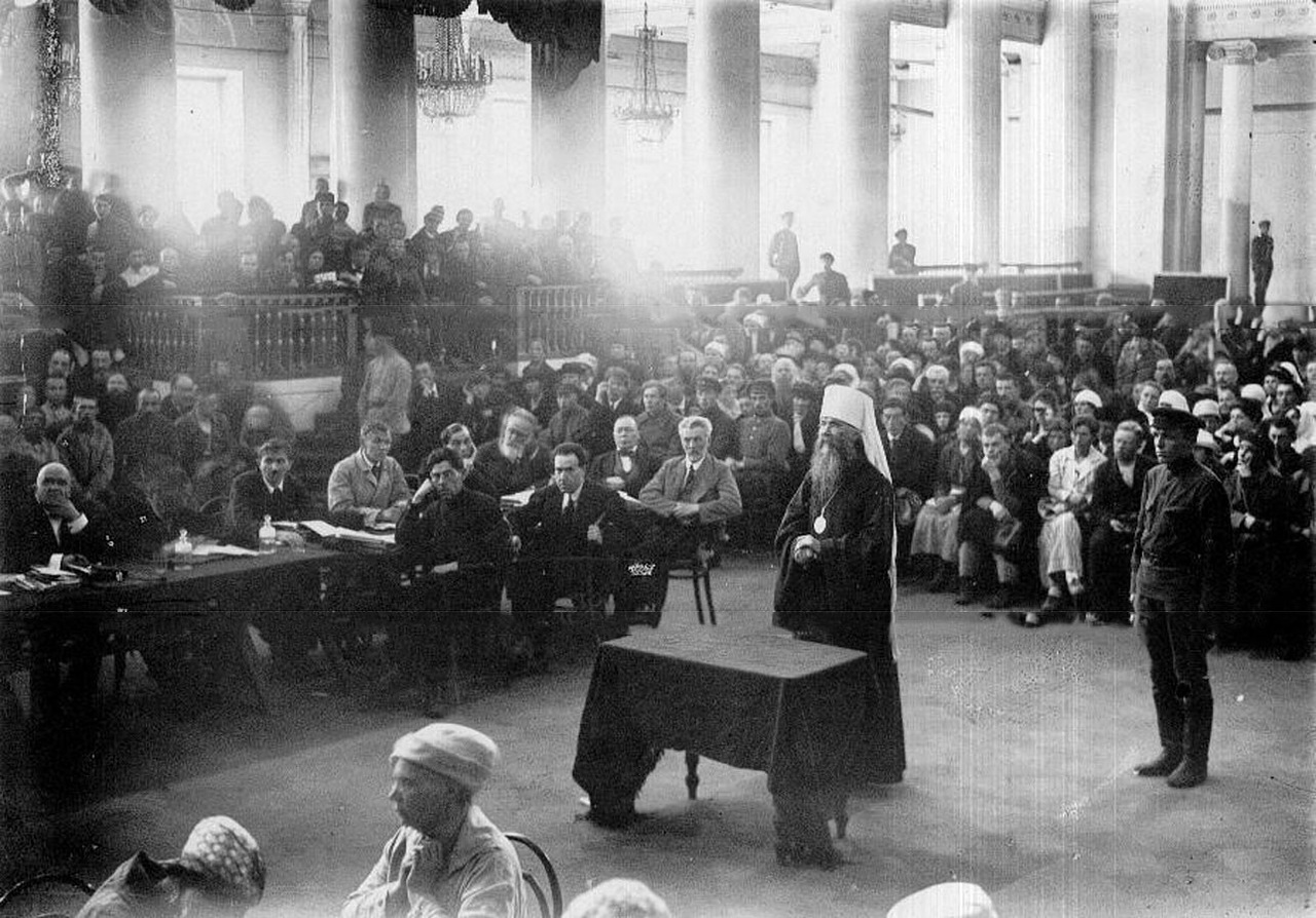 0_b2b7b_6bca035b_XXXLДопрос обвиняемого - митрополита Петроградского Вениамина на судебном процессе по делу об изъятии церковных ценностей, проходившем в зале филармонии.