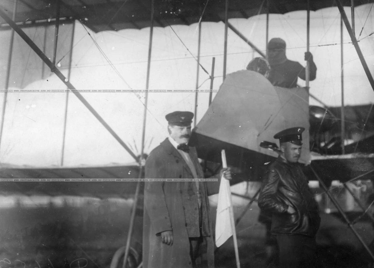 0_aab4a_11676964_XXXLАэроплан Фарман авиатора Масляникова Б.С. на старте перед полётом,(при перелёте занял седьмое место). Рядом - организаторы перелёта.