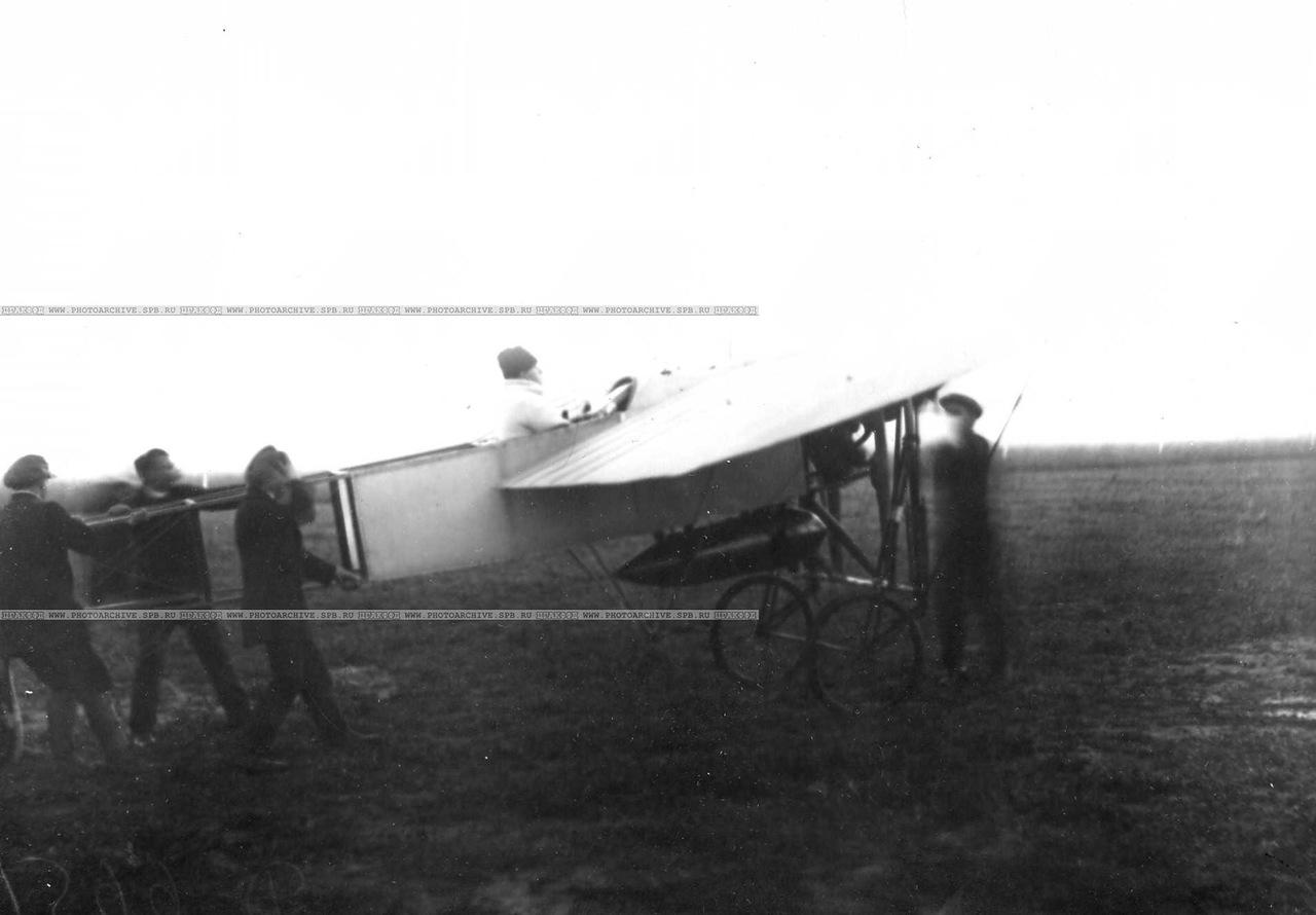 0_aab49_95274e75_XXXLПроба мотора аэроплана Блерио, в кабине А.А.Кузьминский.