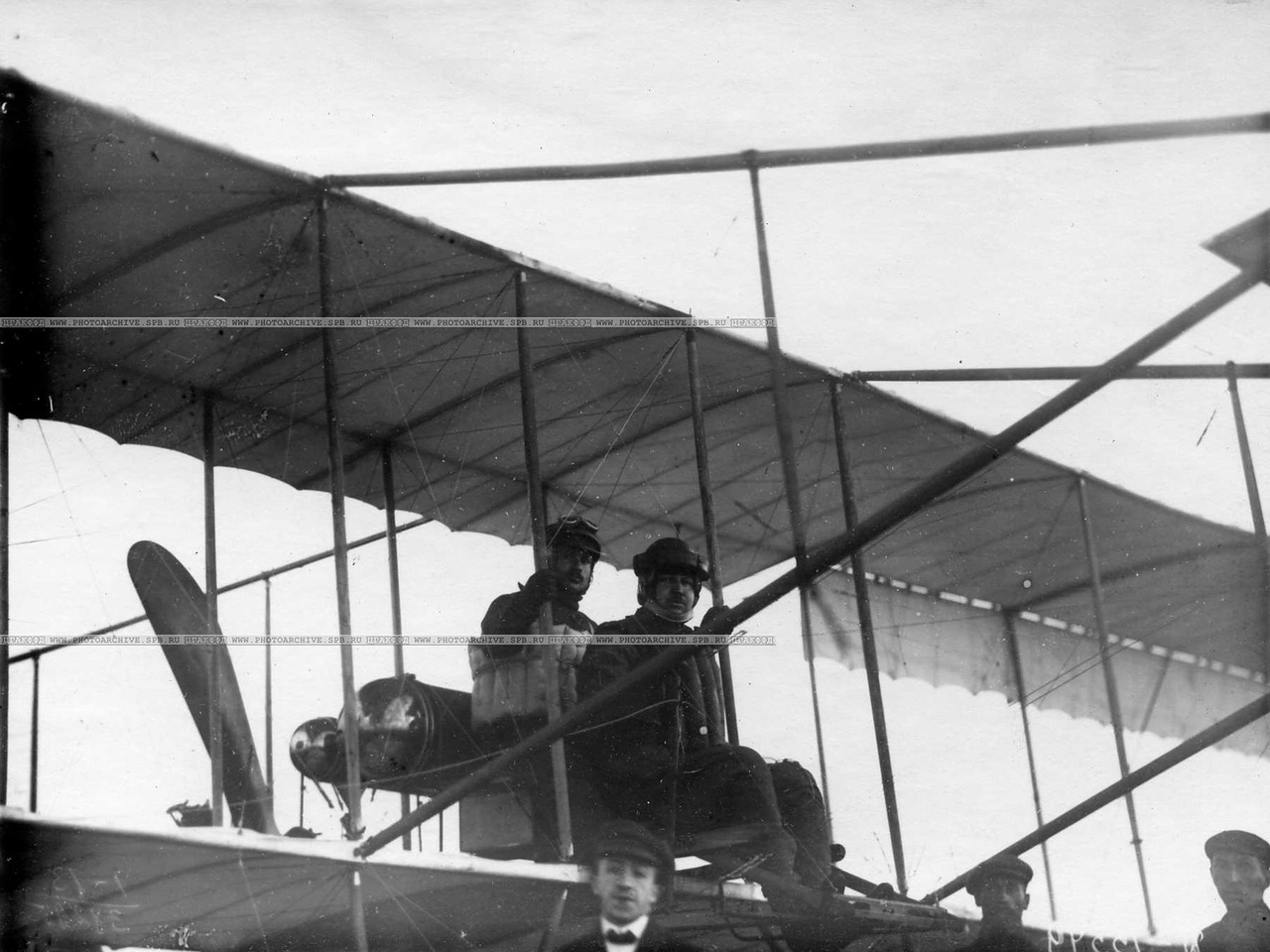 0_aab52_66fe8dc3_XXXLАвиаторы  Масляников Б.С. и Янковский Г.В. в аэроплане перед перелётом.