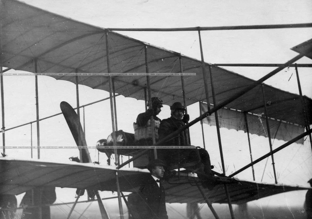 0_aab53_7b7f1a92_XXXLАвиаторы  Масляников Б.С. и Янковский Г.В. в аэроплане перед перелётом.