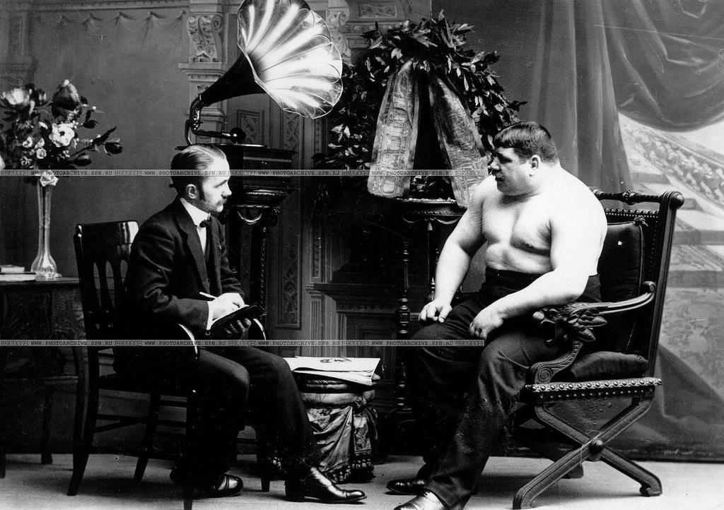 Александр Карлович Булла берет интервью у чемпиона мира по классической борьбе в тяжелом весе Николая Вахтурова