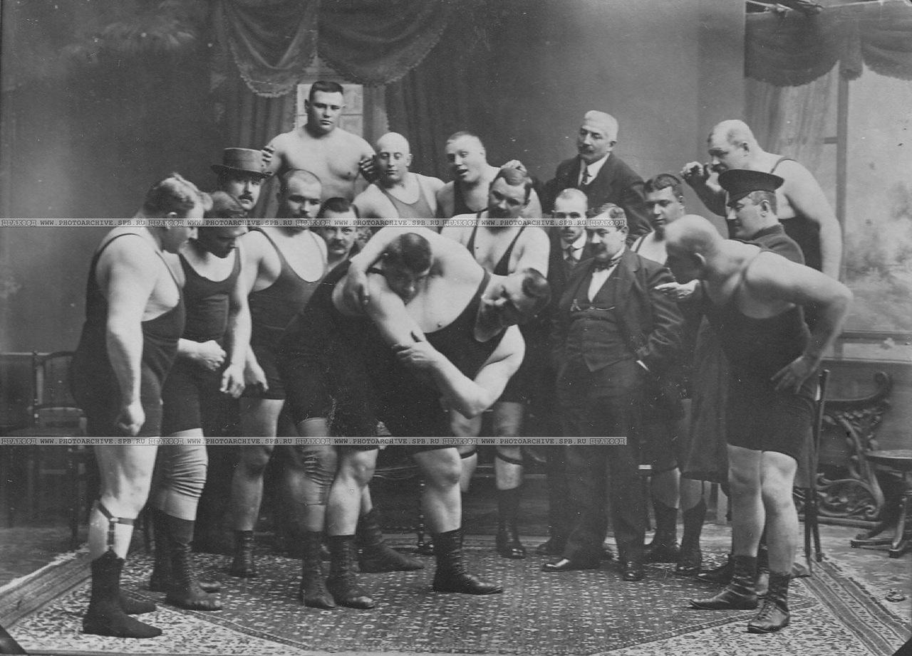 0_aca6d_6c1898b8_XXXLГруппа участников чемпионата наблюдает за борьбой двух борцов; борец справа - И.М.Поддубный