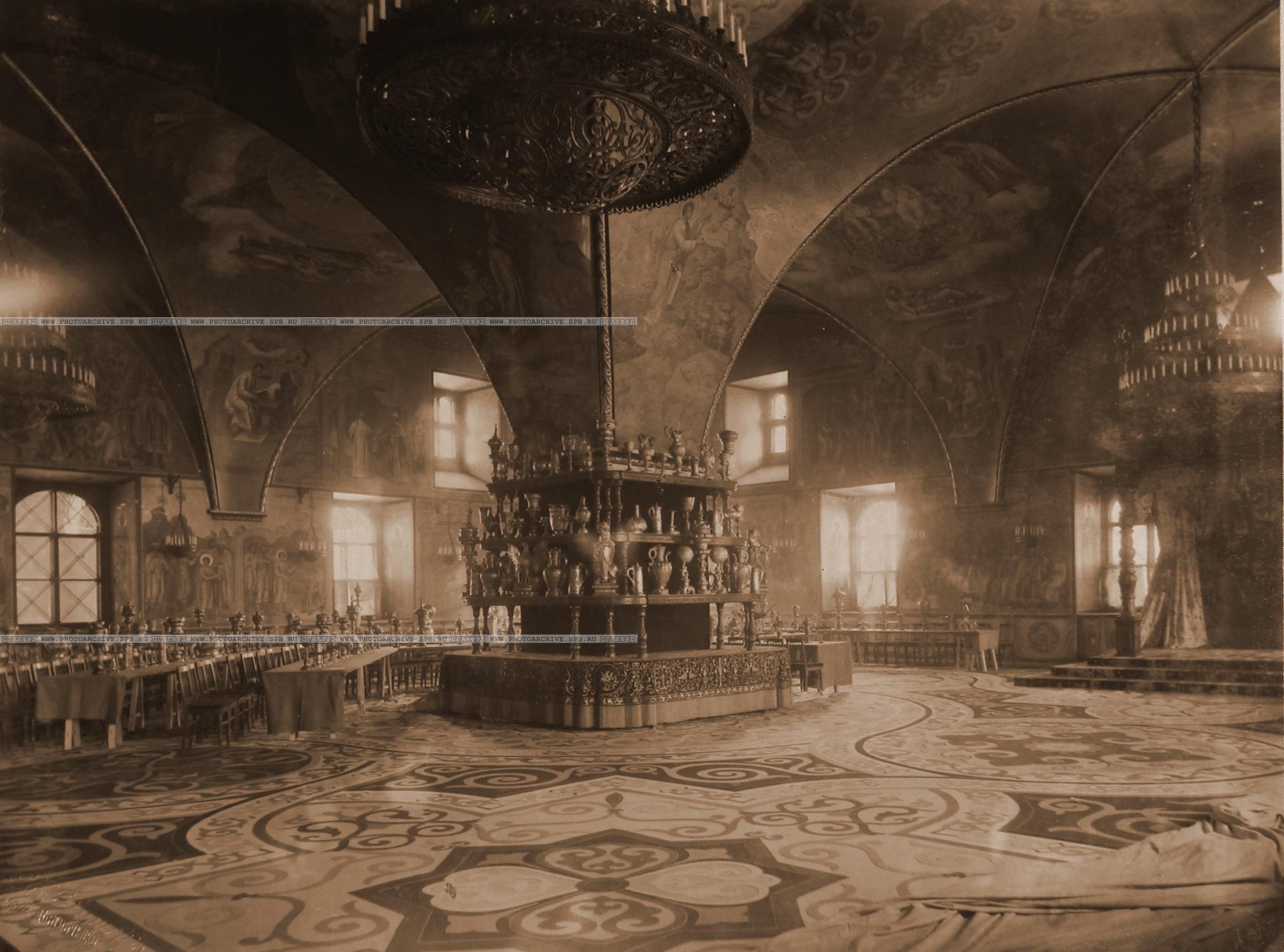 0_a84cf_56535a01_origИнтерьер Грановитой палаты с приготовленными столами для трапезы (сановников, высших духовных, военных и гражданских лиц), состоявшейся после окончания церемонии торжественной коронации