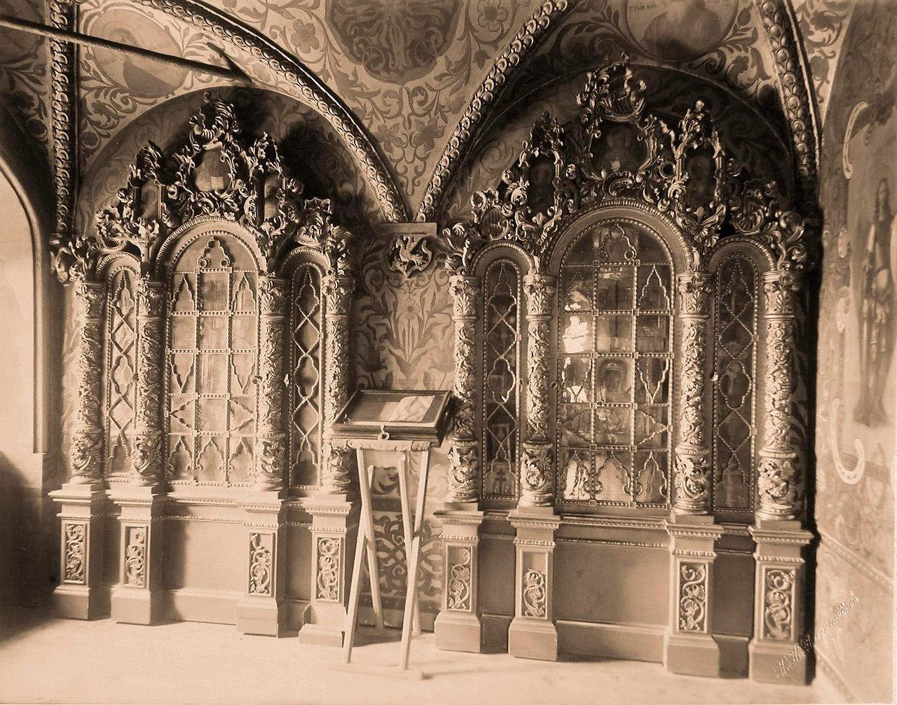 0_a84d7_e4273815_XXXLВид резных позолоченных киотов в царской молельне Теремного дворца