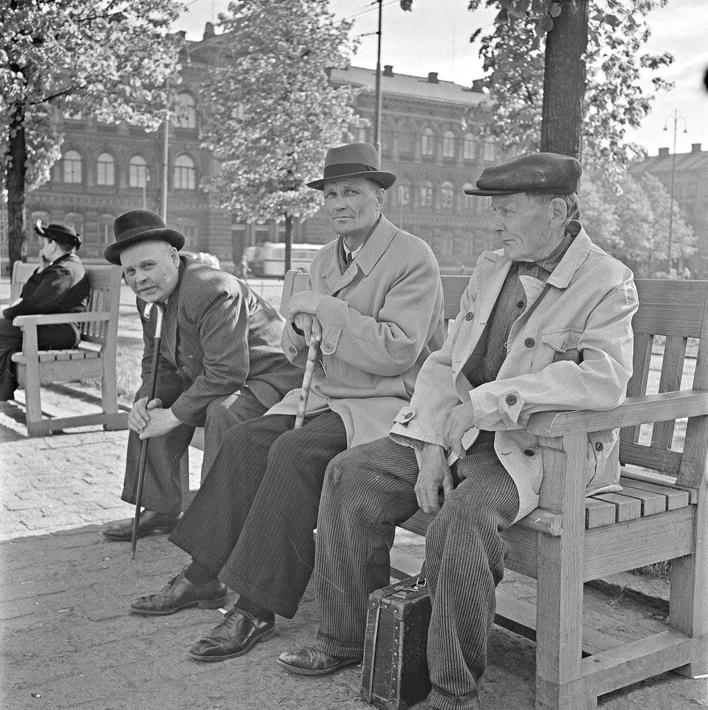 0_ef28d_22fdeeaf_XXL1941. 20 июня. На скамейке в парке
