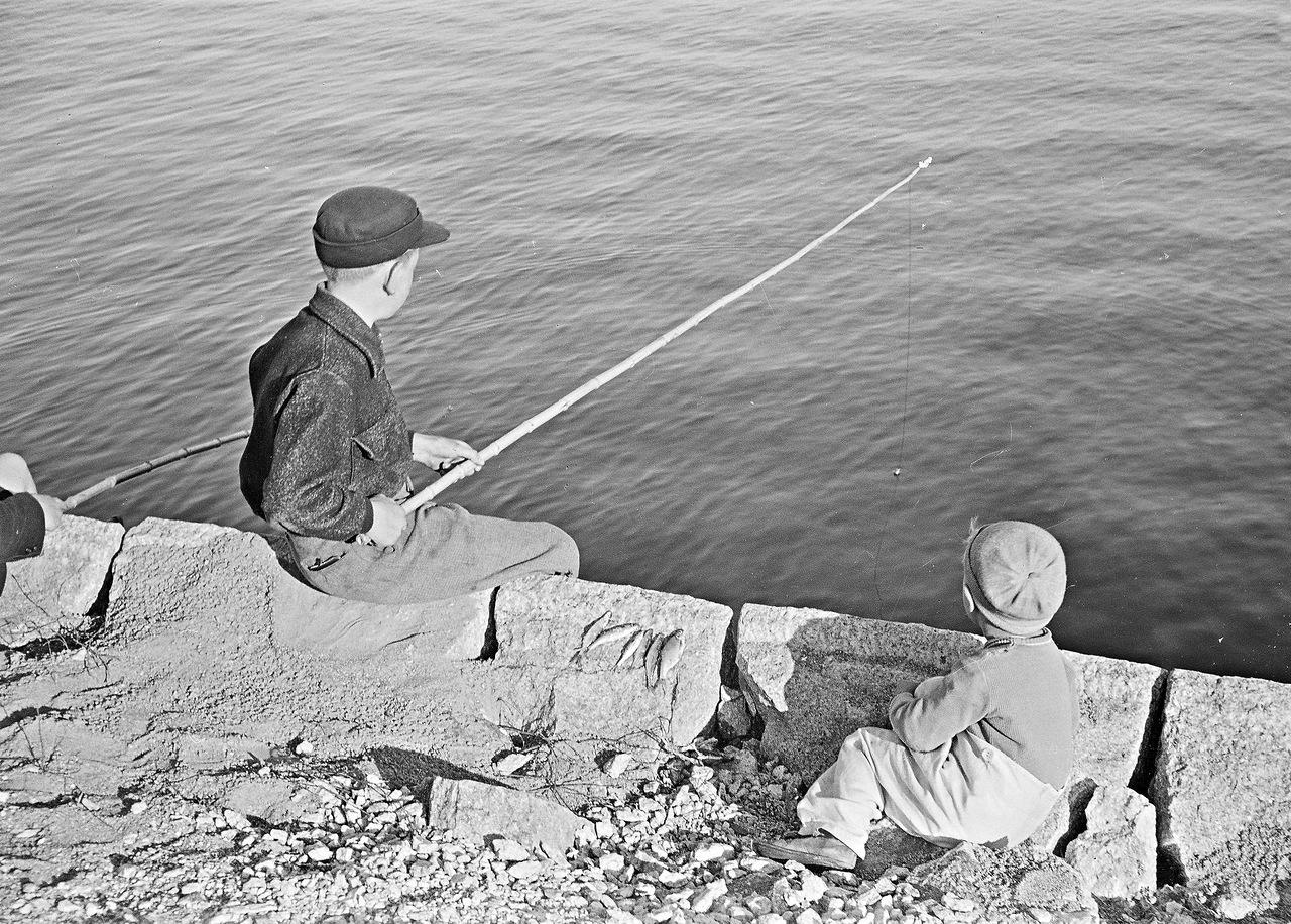 0_ef289_3dfcca5b_XXXL1941. 20 июня. Мальчики на рыбалке в парке Кайвопуйсто