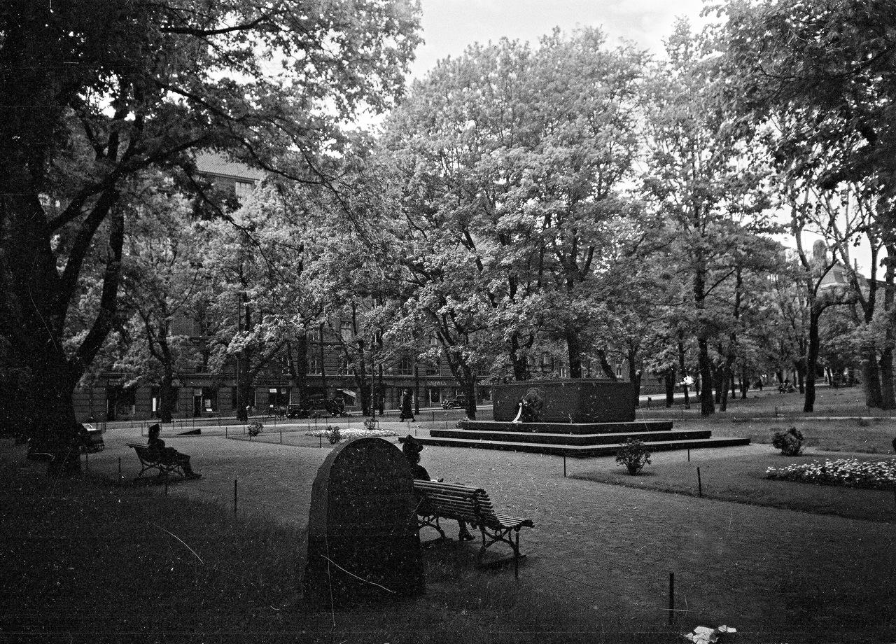 0_ef296_a5fb753f_XXXL1941. 20 июня. Старая церковь и памятник немецким содатам в парке