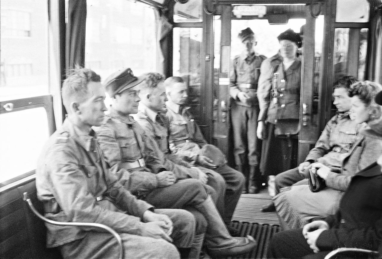 0_ef299_3b396ba_XXXL1941. 20 июня. Солдаты в трамвае