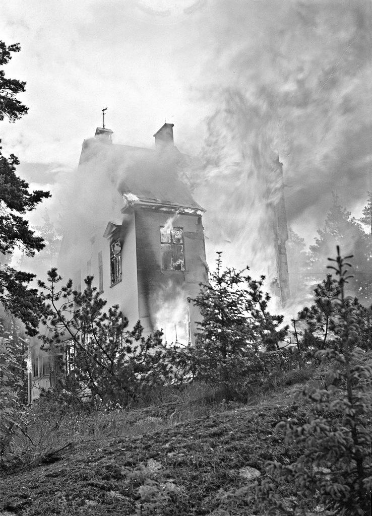 0_ef3f8_b7d7b4f4_XXL1941. 25 июня.  Пригород Хельсинки. Пожар вызванный попаданием бомбы