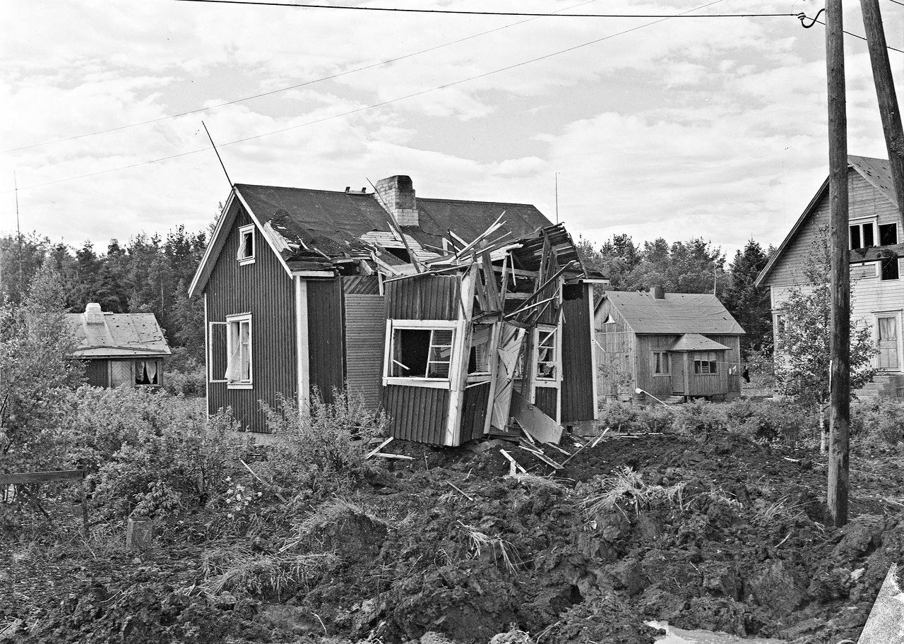0_ef3ff_c7cc6eeb_XXXL1941. 25 июня.  Пригород Хельсинки. Последствия бомбардировки
