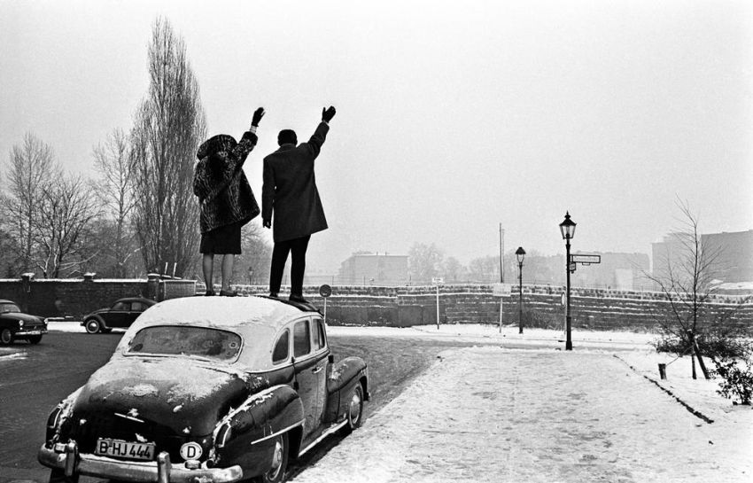Couple-in-West-Berlin-wave-to-family-behind-the-wall-in-East-Berlin-Christmas-1961