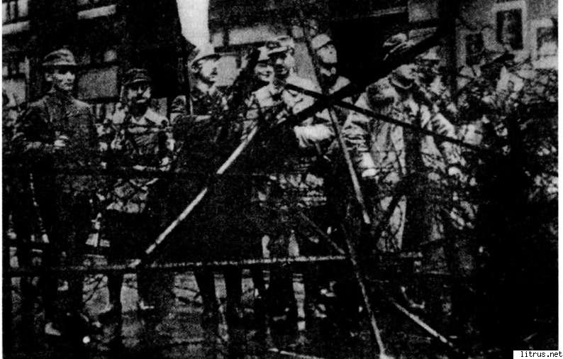 6111_i_014Rem's detachment in front of the Ministry of War of Bavaria on Ludwigstrasse. In the center with the flag stands Heinrich Himmler. Munich, November 9, 1923