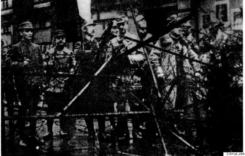 6111_i_014Отряд Рема перед Военным министерством Баварии на Людвигштрассе. В центре с флагом стоит Генрих Гиммлер. Мюнхен, 9 ноября 1923 года