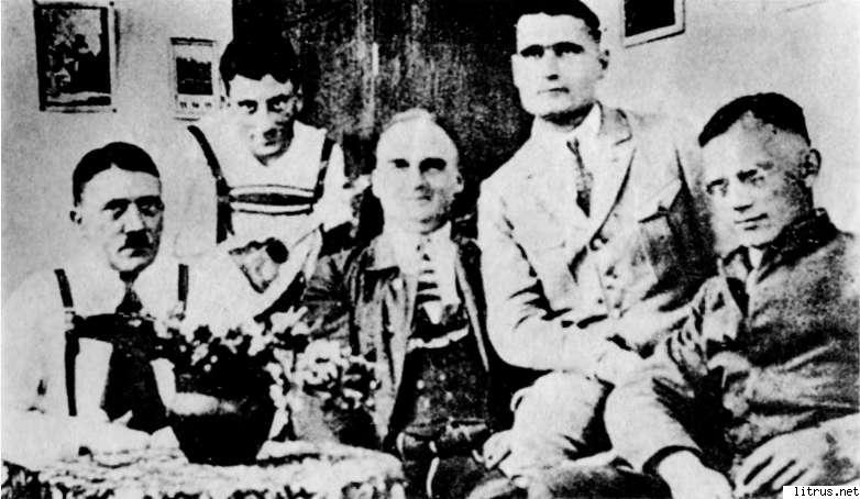 6111_i_017Гитлер, Эмиль Маурис, Герман Крибель, Рудольф Гесс, Фридрих Вебер. Тюрьма Ландсберг. Снимок сделан тайно в тюрьме Ландсберг