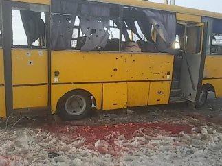 pod_donetskom_v_avtobus_popal_snaryad_10_chelovek_pogibli_13_raneni_6793