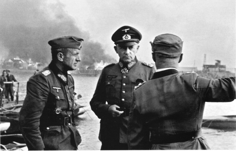 Немецкие генералы Клейст и Руофф совещаются во время боев за Ростов