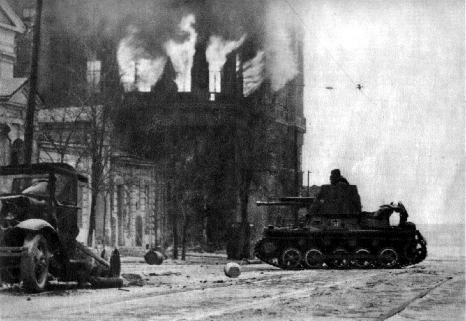 Немецкий истребитель танков Panzerjäger I во время боя за город Ростов-на-Донуш
