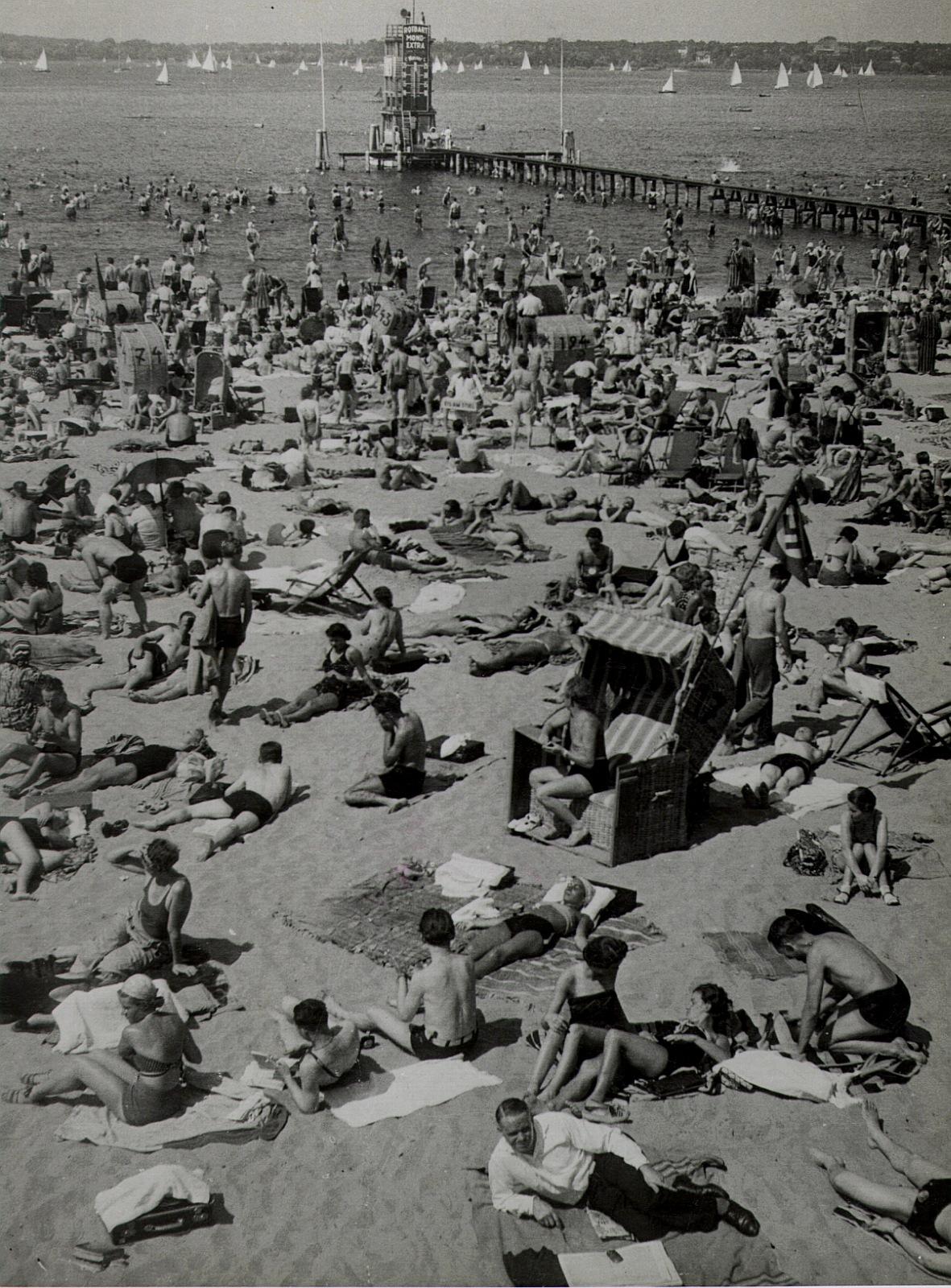 df_pwj-pos_0005042Berlin. Menschenmassen sonnen sich am Strand des Freibades Wannsee