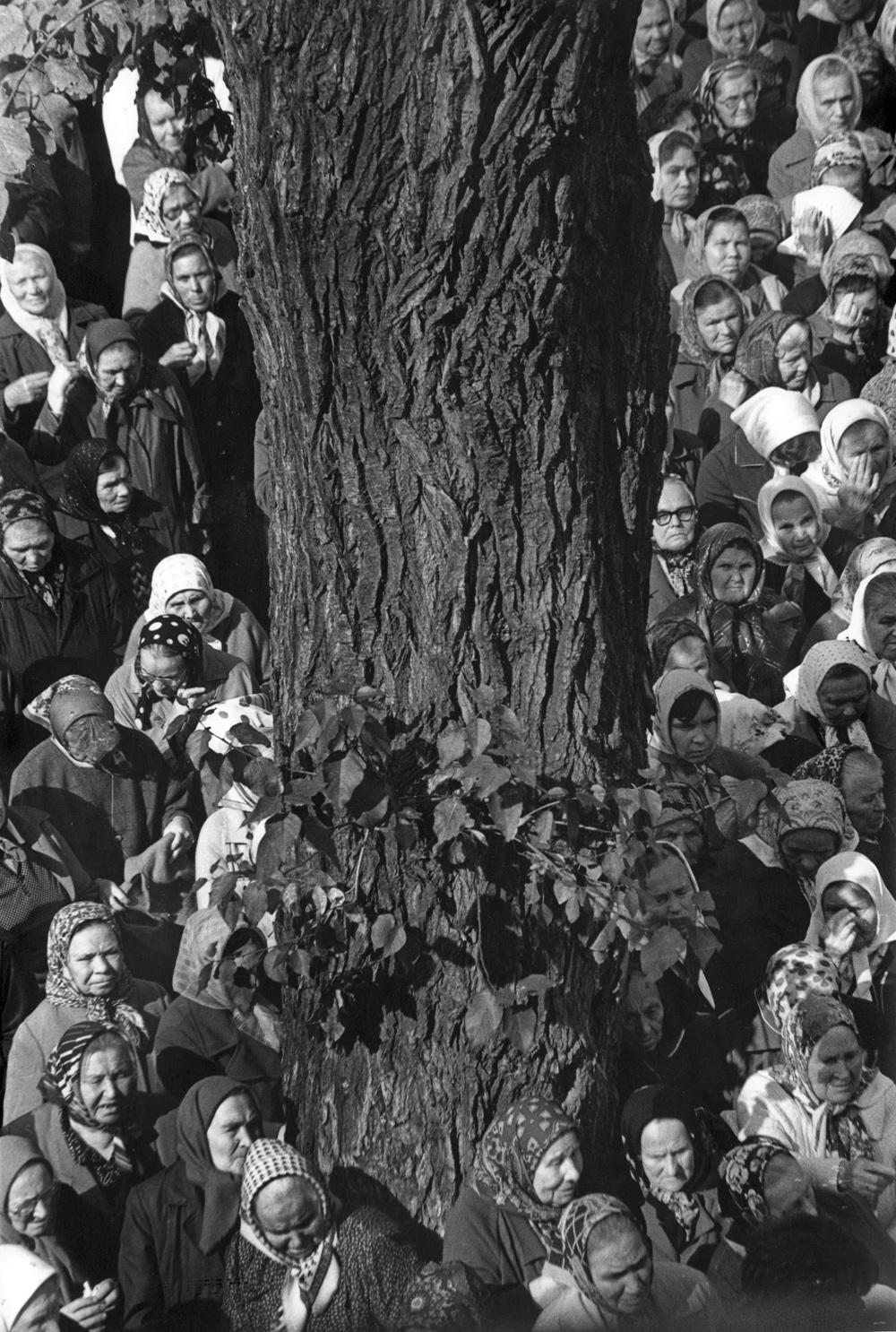 Из серии «Первая служба в храме Петра и Павла». Казань, 1990