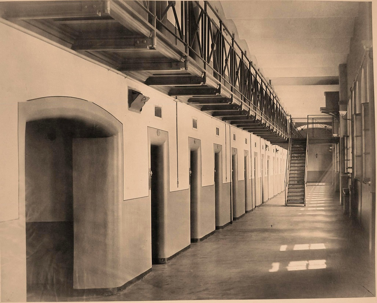 Мемориальная тюрьма заключения, предварительного, отделении, мужском, стороны, помещения, здания, части, одиночного, заключенных, камер, Шпалерной, Захарьевской, улице, галереи, Окружного, двора, висячие, этажей, места