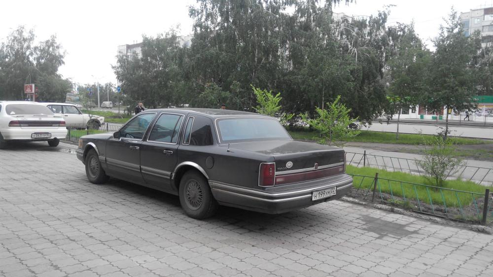 Lincoln Town Car '1990–97 3.jpg