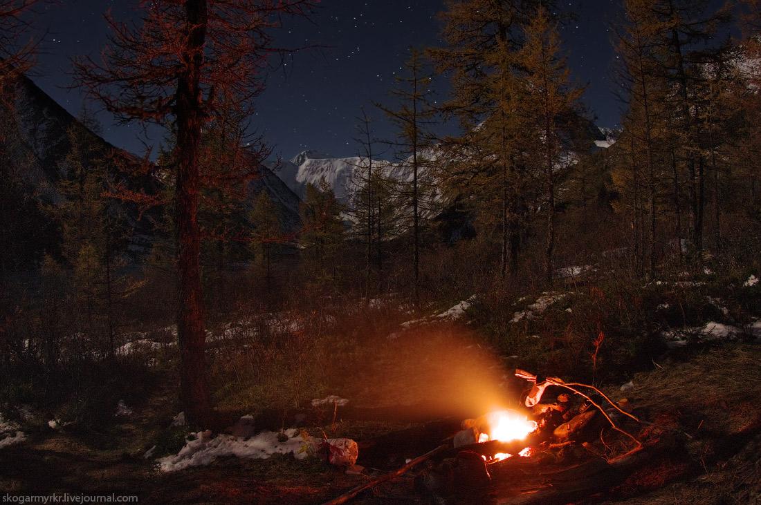 костёр Белуха ночь звёзды Аккемское озеро ночёвка фото поход туризм снег осень сентябрь